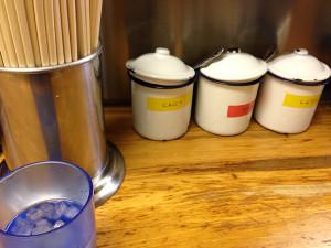 白いホウロウの容器に入った卓上調味料
